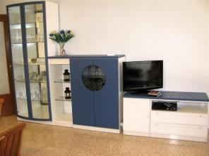 Meubel in de woonkamer met tv en dvdspeler