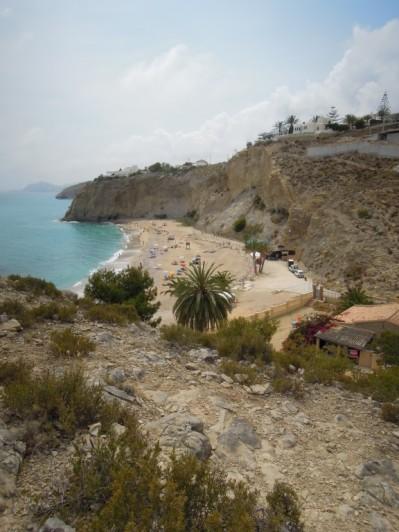 Het strand aan overzijde van de weg (Paraiso)